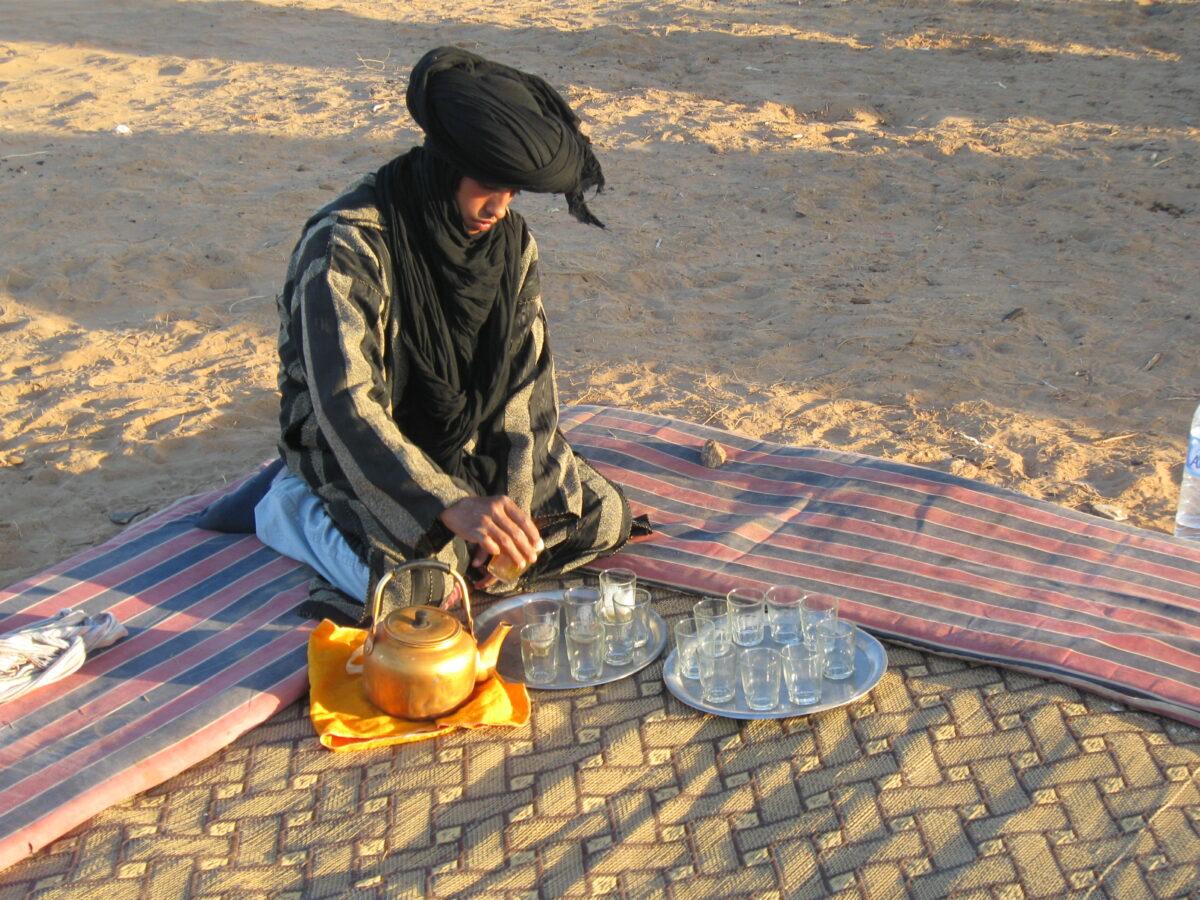 sahara_nomad_pooring_tea